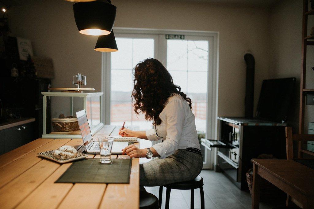 Empreendedora trabalhando de casa em seu negócio online